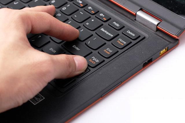 Nhấn mạnh vào bàn phím bị kẹt để chúng bung ra